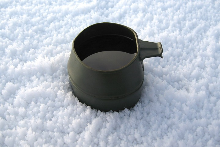 En varm kaffekopp gjør godt på kalde dager. På bildet ser en også at det har begynt å danne seg overflaterim mens det har vært kaldt.