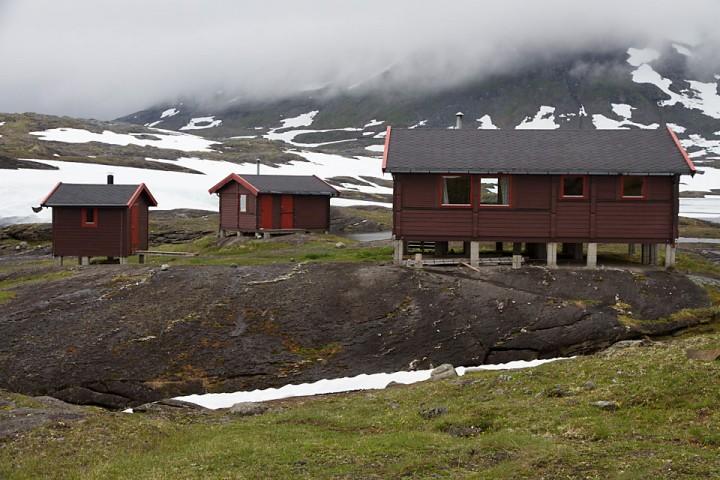 Røysvannhytta er et kjærkomment syn etter en lang og kald marsj. I vedbua til venstre er det badstu.