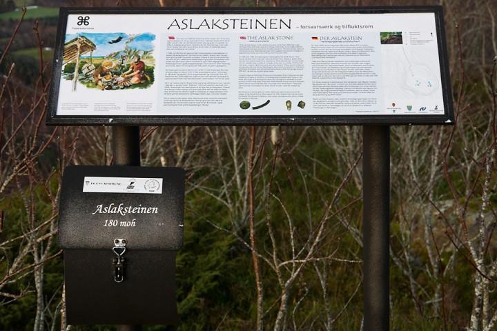 Innfoskilt ved start og på toppen forteller historien om hvordan Aslaksteinen ble brukt som Bygdeborg