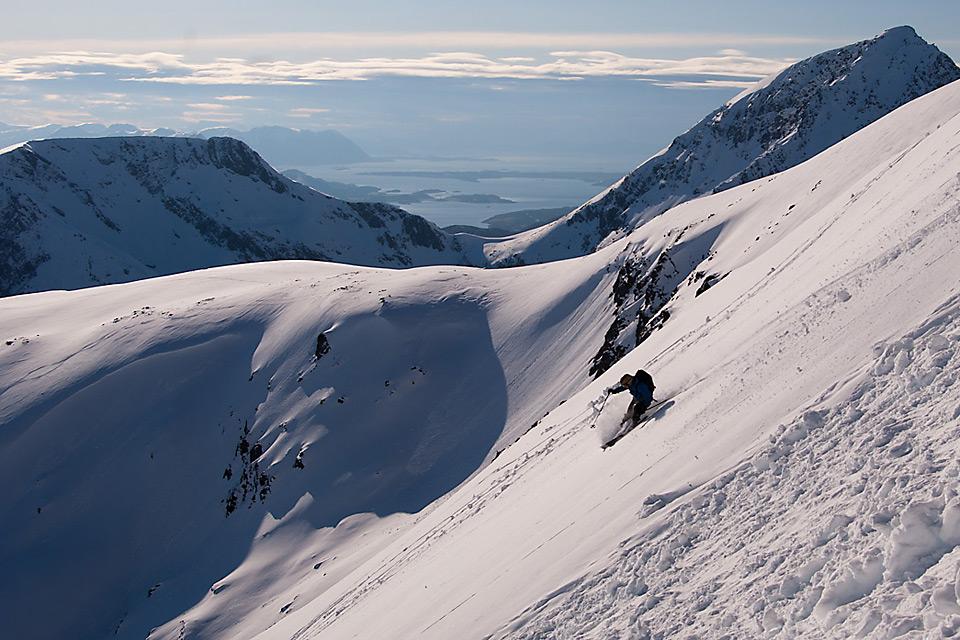 Det gjelder å være godt forberedt når snøen daler ned. Og ved hjelp av Speilkompasset fikk jeg sjekket hvor bratt det er i området til venstre for denne linjen. Passe bratt :)