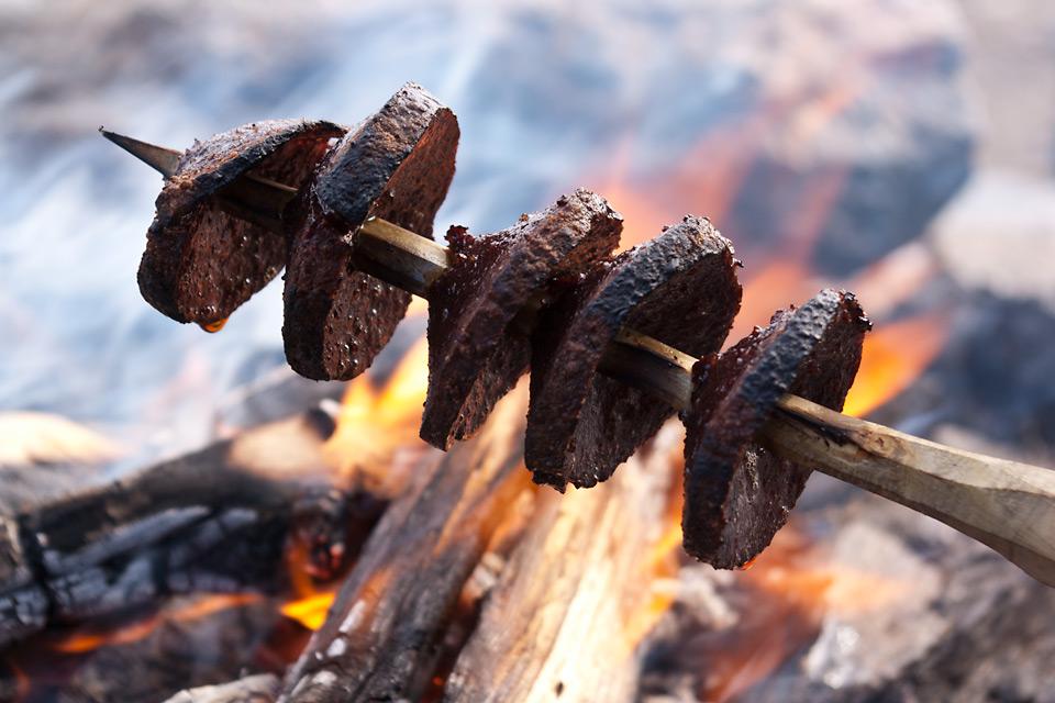 Grillet spekepølse er en sikker vinner på lunsjbålet.