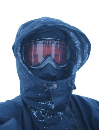 Riktig kledd på vintertur: Ansiktsmaske som dekker all hud, goggles som beskytter øyne mot fokksnø og en god hette.
