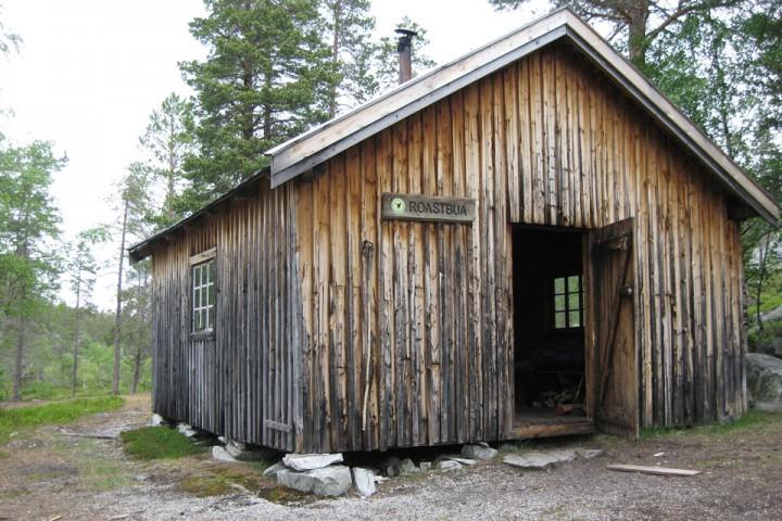Roastbua er en enkel bu som ble satt opp i forbindelse med tømmerfløting i øvre del av Røa. Noen kilometer lenger opp langs elva ligger den identiske Kløfthåbua.