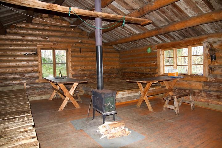De åpne koiene er enkelt utstyrt. På Langtjønnbua finner du kun det aller viktigste: Soveplass, ovn, sted å lage mat og tørkemuligheter.