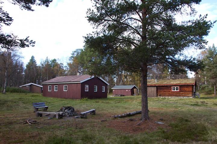På Røvollen har DNT en selvbetjent hytte og Statskog en hytte. De siste sommersesongene har naturveiledere hatt base i Statskog sin hytte på Røvollen.