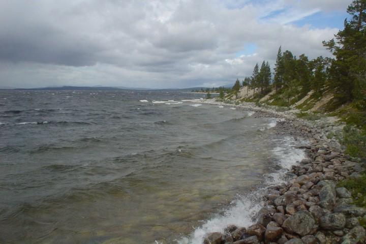 Femunden kan være lunefull. Fra vindstille gikk det denne dagen en liten time før bølgene var en halvmeter og skumtoppene dukket opp. Har du kano, så hold deg langs land.