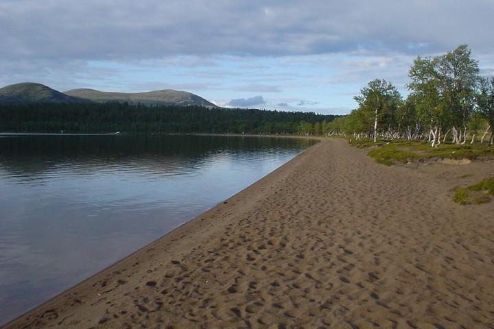 Sandstrand ved Fjellgutusjøen.