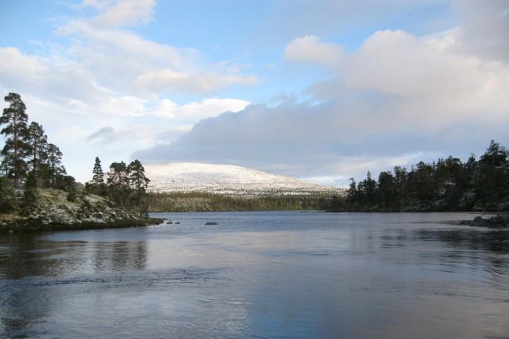 Nysnø på toppene og en stille junikveld inn mot svenskegrensen.