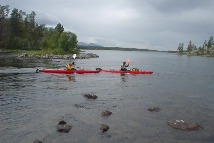 I mange av strykene ned Røa kan en kajakk være et mer passende valg en kano.