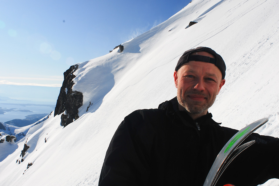 Kort pause i toppen før skiene tas på.