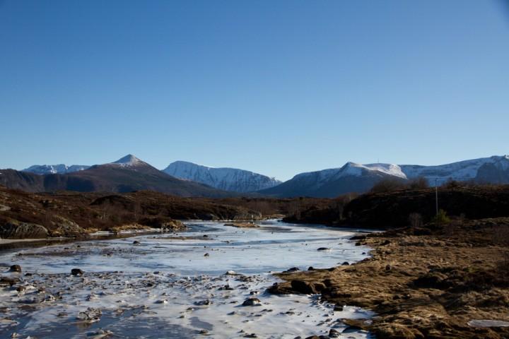 Det passer egentlig godt at det er bart ute ved kysten, mens snøen enda ligger i fjellene innenfor.
