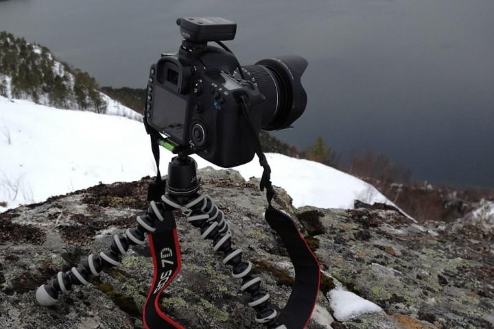 Enkelt oppsett for foto når en er alene på tur: Solid Gorillapod, kulehode, elektronisk fjernkontroll (med timelaps mulighet) og et særdeles robust kamera.