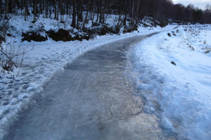 Iskald nordavind og nattefrost har sørget for at det lille sola greier å tine har gjort om enkelte deler av stien til skøytebane.