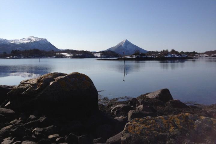En annerledes påske med frisk sjøluft i fjæresteinene mens snødekte fjell lokker. Neste år. Neste år...