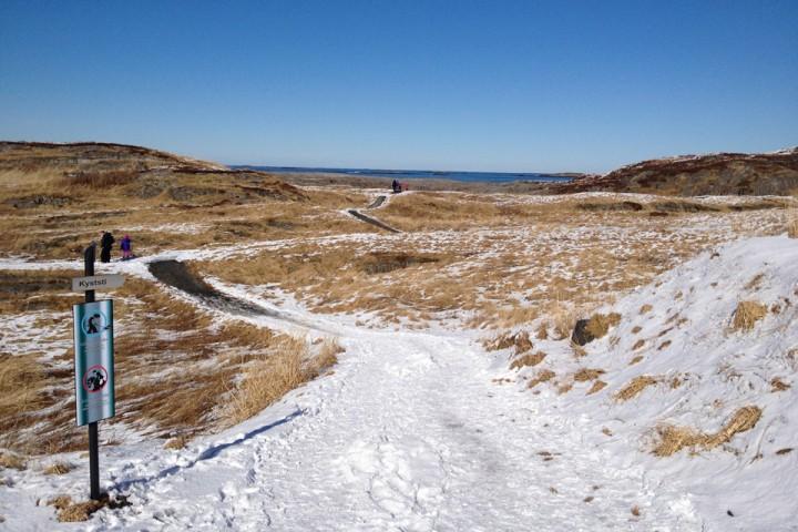 Snø og enkelte barflekker langs Kystien i Bud.