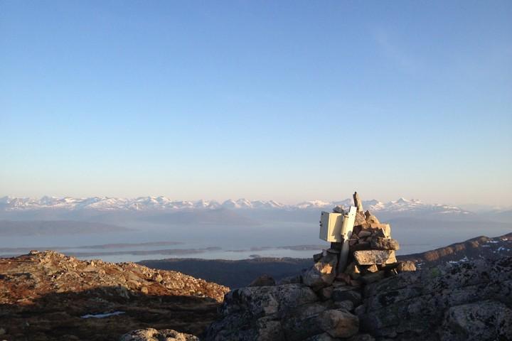 Moldepanoramaet sett fra Skolmelia. Det er fortsatt mulighet for skiturer for de ivrigste i enkelte nordvendte sider.