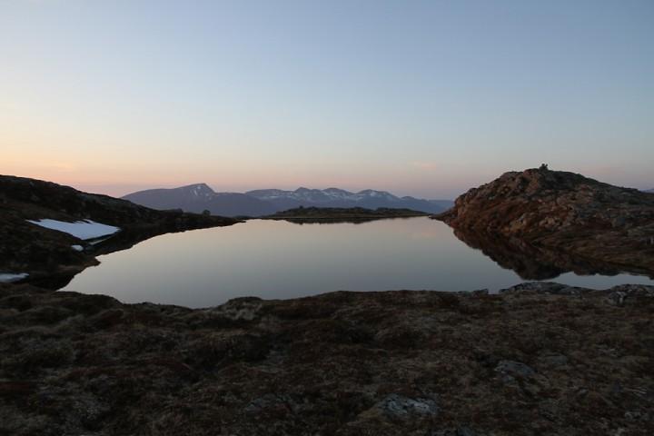 """Landets fineste badeplass? I """"badestampen"""" på toppen av Røsholfjellet kan en kjøle seg ned med utsikt til frenfjorden mot nord og Moldepanoramaet mot sør. Lener en seg ut over kanten dukker Hustadvika opp i solnedgangen."""