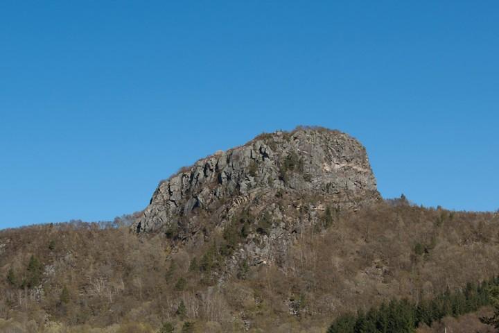 Aslaksteinen sett fra Skardsetveien. Stien går opp den laveste siden.