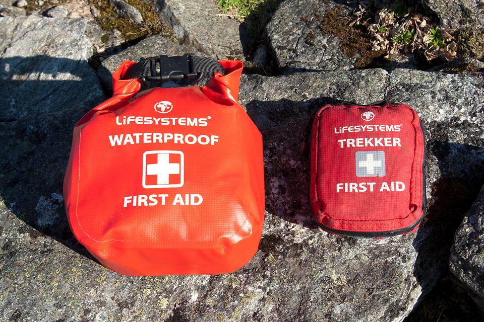 Førstehjelpsvesken må inneholde det du trenger, men samtidig være så liten at den ikke merkes på tur. Førstehjelpsvesken til høyre er den som alltid er med på tur, mens den vanntette til venstre er for jobbruk når det kreves litt ekstra.
