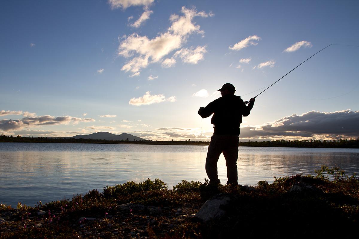Etter mange timer med fisking er Bjarne fremdeles overbevist om at det beste fisketipset er å fortsette å fiske helt til det biter. Bare et kast til...