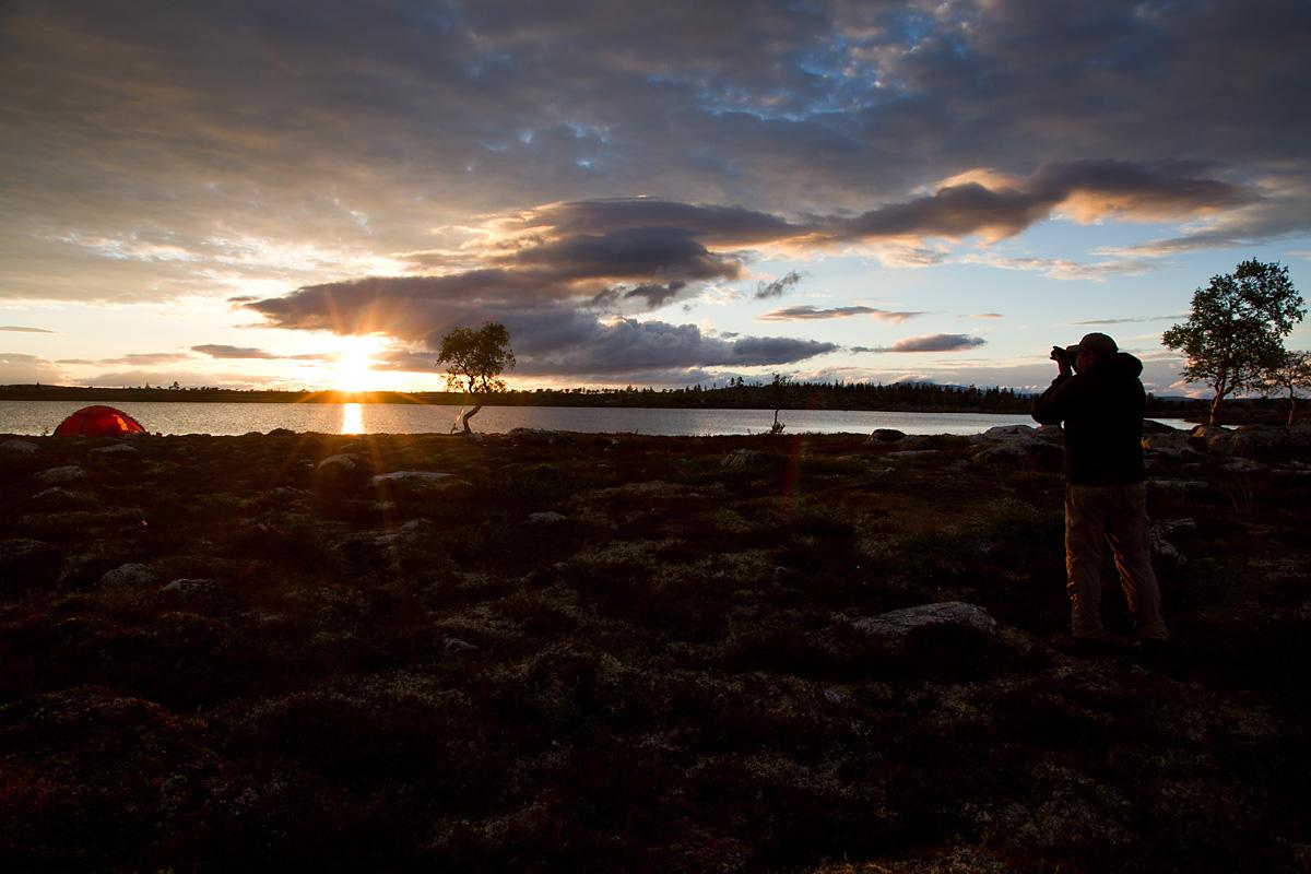 Etterhvret tar sola kveld og det er tid for å fyre opp ST. Hansbålet, så snart solnedgangen er behørig dokumentert selvsagt.