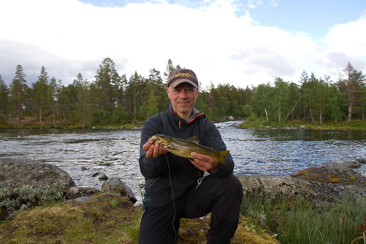 Jeg har lest at om du holder fisken nærme kamera virker den større. minst dobbelt så stor.