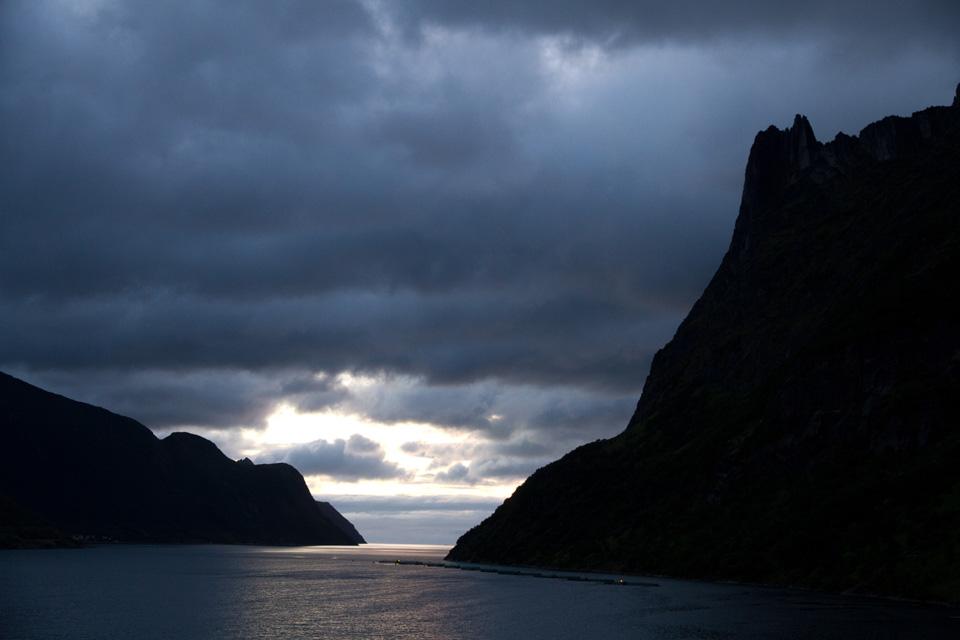 I det jeg kommer til Fjordgård begynner været å lette litt ute i horisonten. Her ser jeg meg ut fjellene Barden og Segla for en fremtidig tur til Senja.