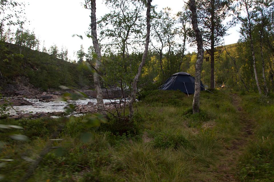 Langs Ånderelva går stien gjennom teltet til to utlendinger på tur. Jeg stopper og slår av en prat.