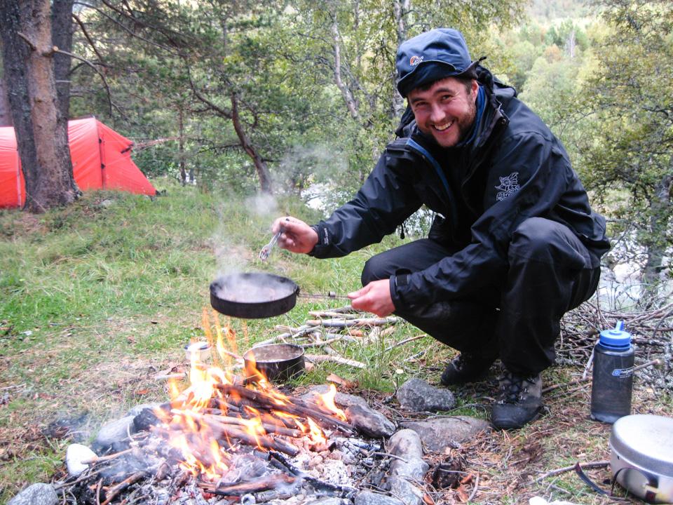 Erik Skjoldal er klar for å servere middag under tur på Sognefjellet.