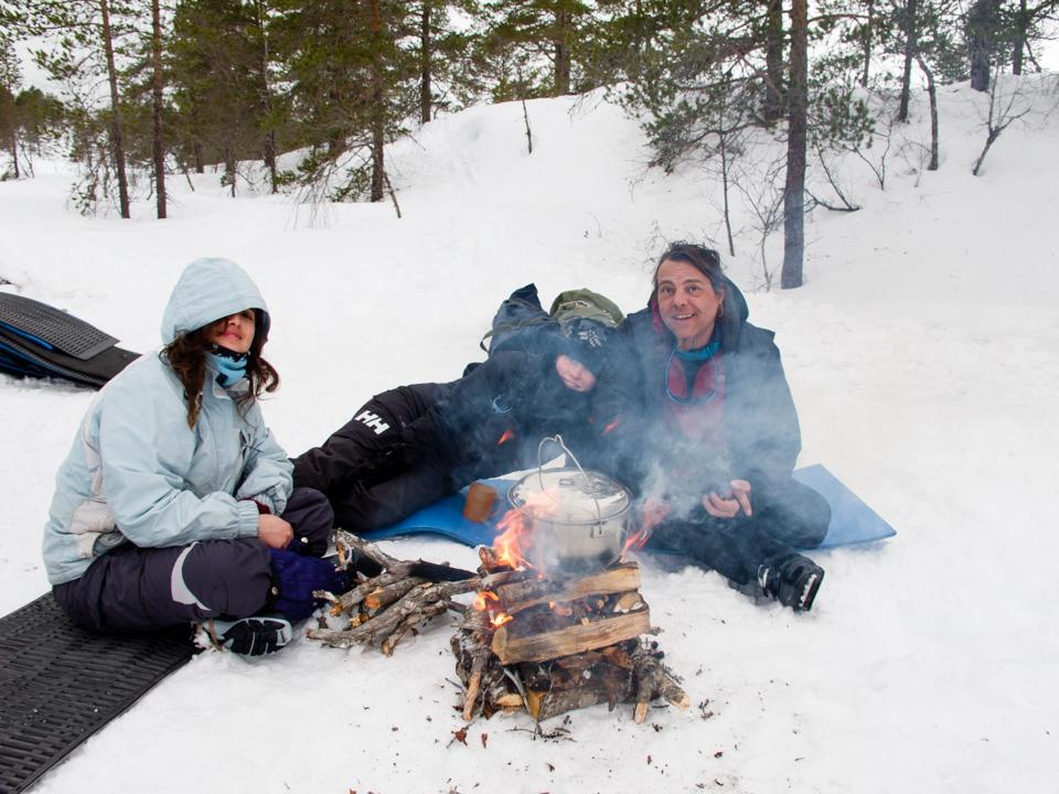 Et raskt vinterbål kan godt fyres oppe på snøen. Dette bålet varte en time før det begynte å smelte ned i snøen. Da var lunsjen for lengst over.