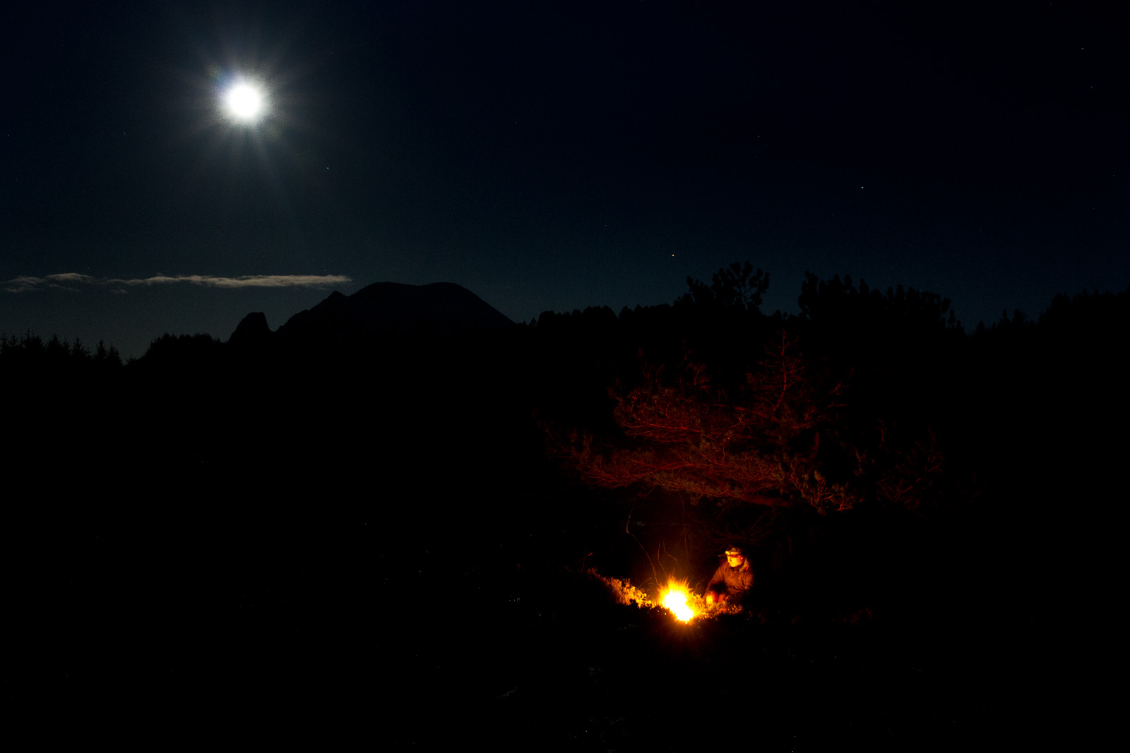 Fullmånenatt ved bålet.