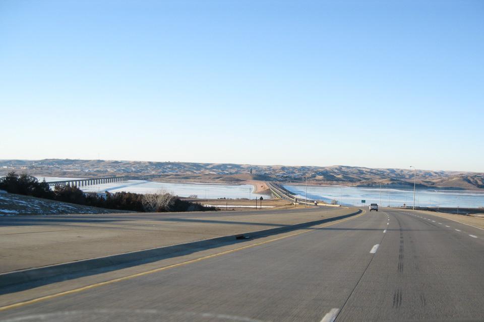 I Sør Dakota er det to byer av størrelse - Rapid City og Sioux Falls. Mellom disse er det 500 kilometer med flat prærie, bare avbrutt av Missouri River som er den lengste elven i Nord Amerika