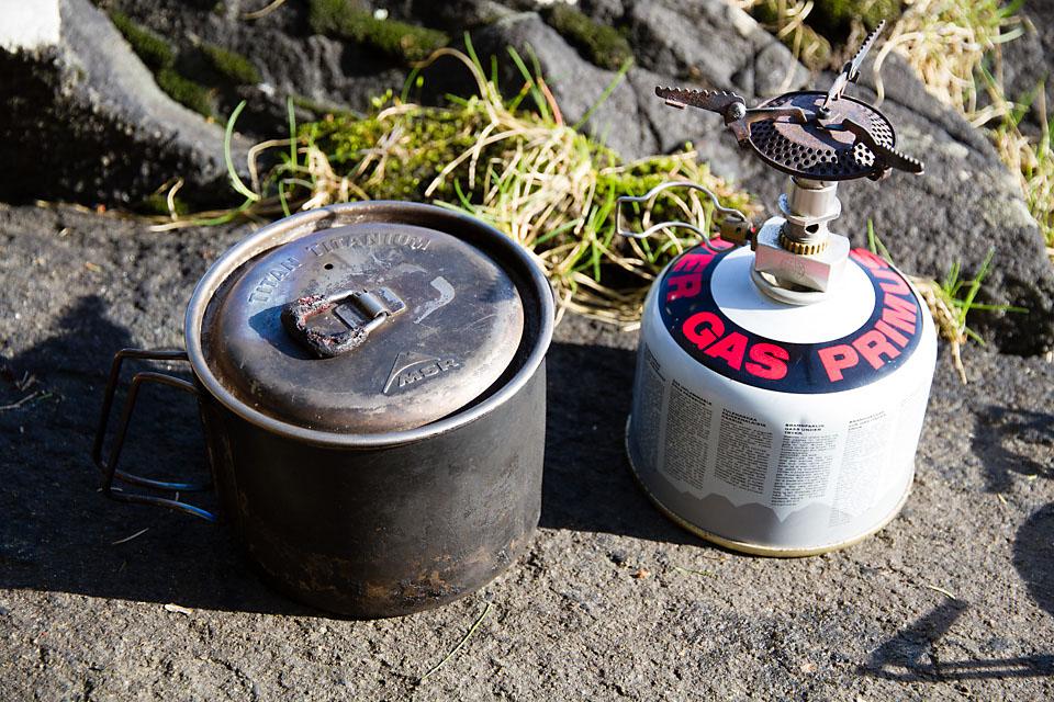 MSR Titan Kettle og en liten toppmontert gassbrenner er en god kombinasjon for den som vil pakke lett