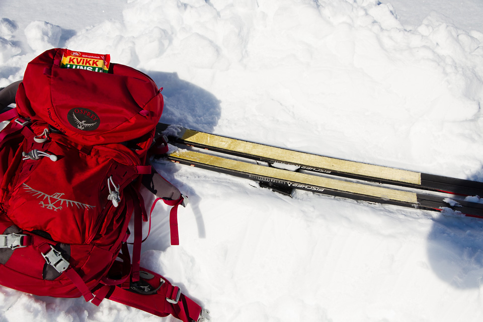 Kvikklunsj hører med når en tjuvstarter påsken. Ski med feller på fungerer godt som sitteunderlag.