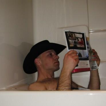 En ekte cowboy tar aldri av hatten, selv ikke når en leser skiblad i badekaret.