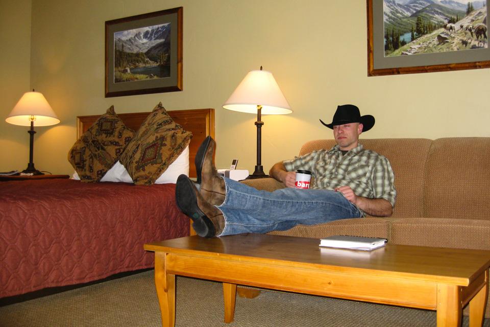 Etter en lang dag ble hjelmen byttet med hatt og litt avslapping før en tur i baren.