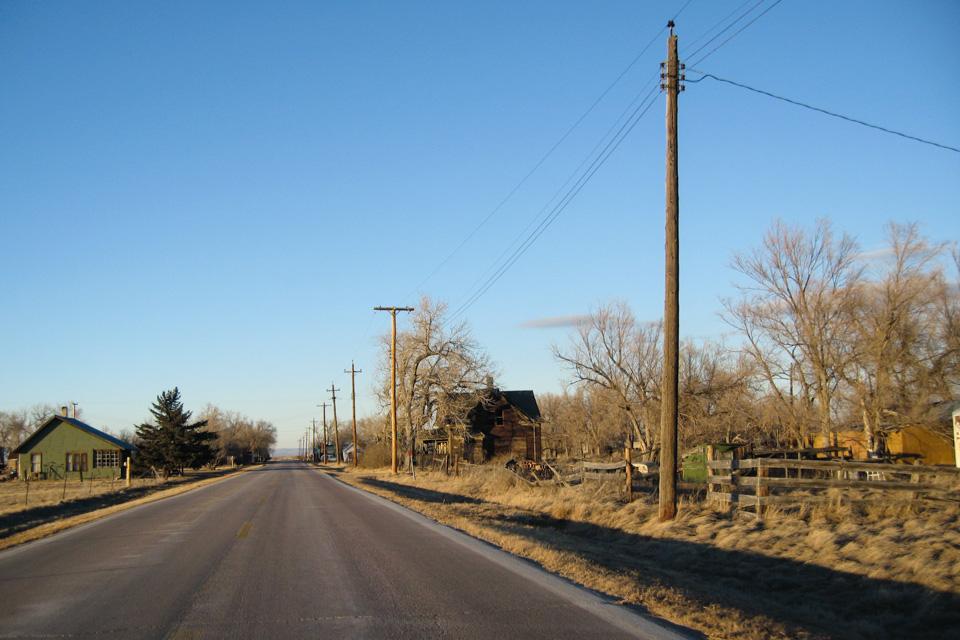 Utsikten til et varmt måltid og en kopp kaffe blir mindre jo nærmere jeg kommer husklyngen i Nebraska