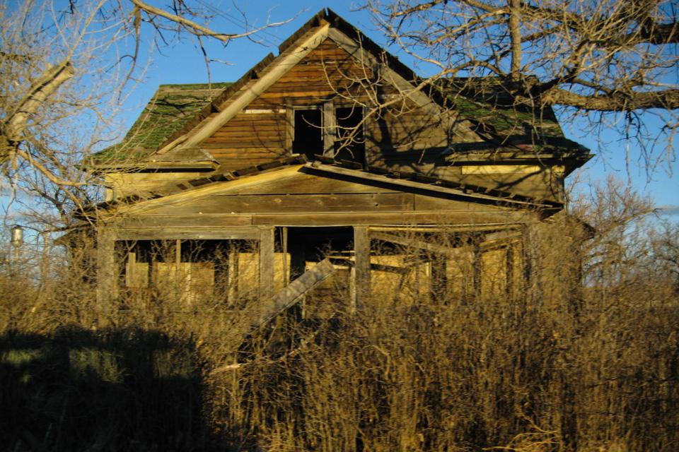 Det er en spesiell følelse å gå rundt mellom tomme og overgrodde hus i en spøkelsesby.