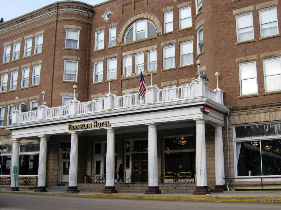 Danser med Ulver ble spillt inn i The Black Hills området, og stjerner som Kevin Costner bodde på Franklin Hotell i Dedwood.