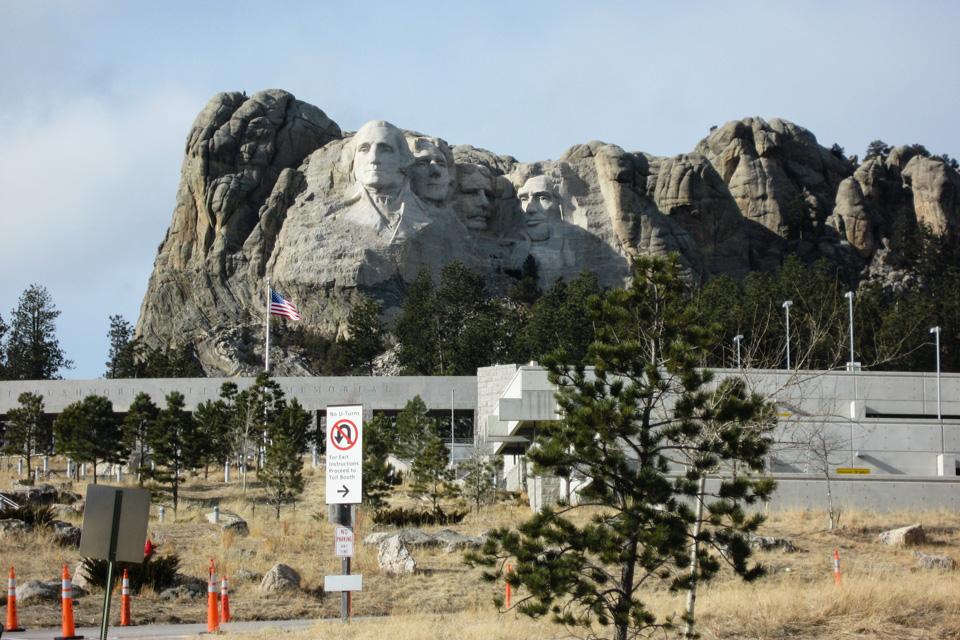 Mount Rushmore rager over et gigantisk turistsenter.