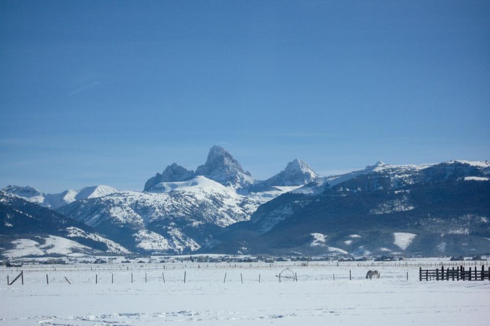 """The Teton Range stiger opp øst for slettene i Idaho. Her """"baksiden"""" av Grand Teton."""