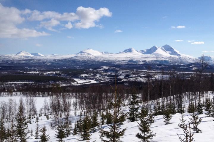 Geologikunnskaper er frisket opp, så snart skal isen igjen forme slike fjell og daler foran øynene på elevene.