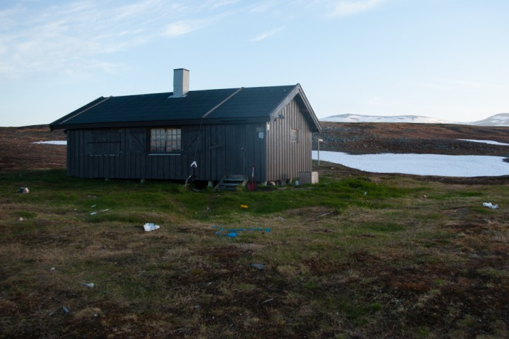Somashytta ved grensen til Finland sør for Reisadalen. Området rundt fløyt med beinrester og søppel.