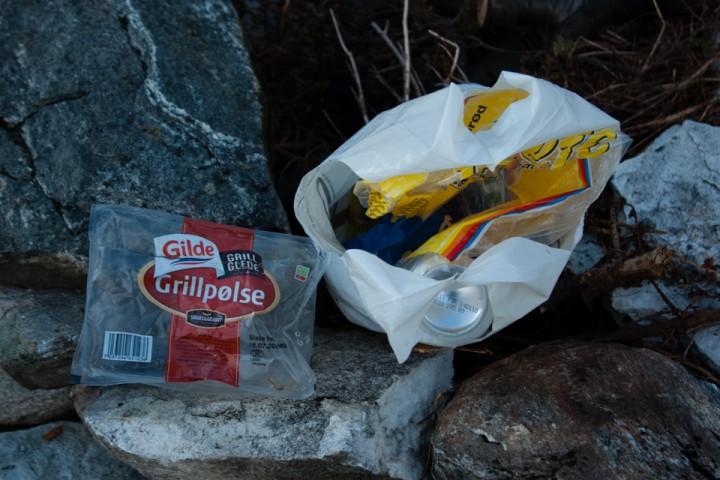 """Noen har tydeligvis """"glemt"""" søppelposen etter grillkos ved Trollkyrkja."""