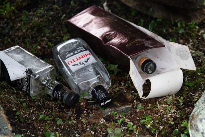 Flasker med en gloriøs fortid i Narvikfjella. Så ble de plutselig blytunge og umulig å bære med seg videre.