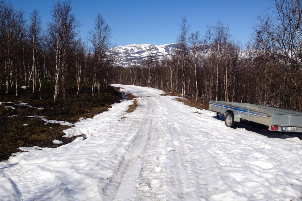 Snøen ligger enda godt i høyden. Ved Dødesvann var det snø på veien og i terrenget.