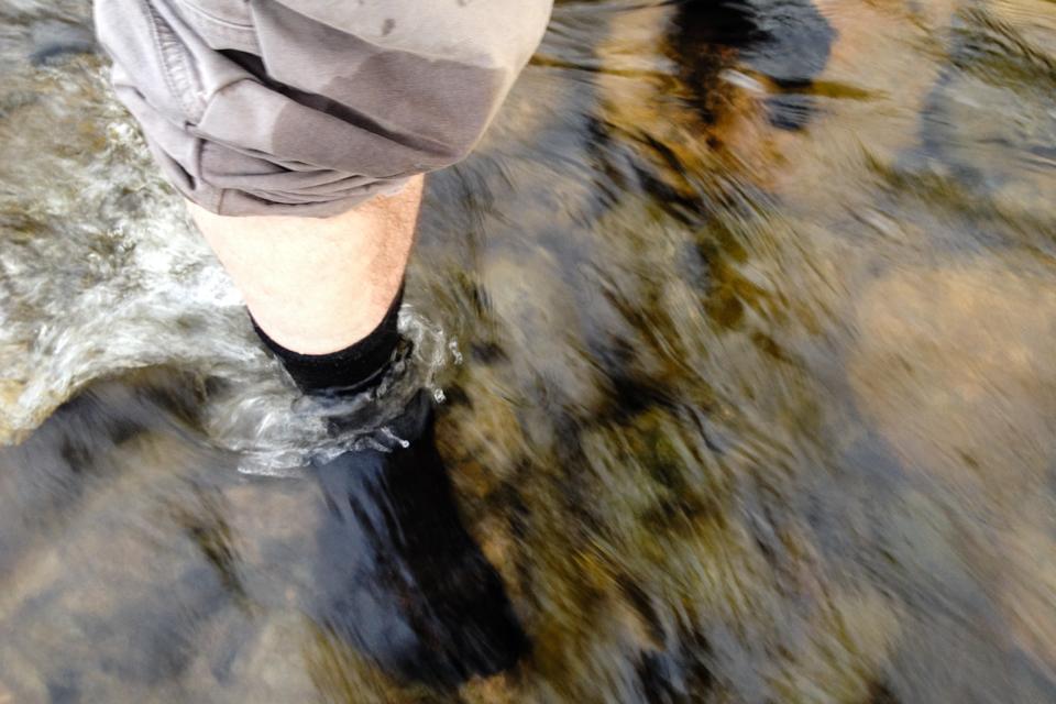Det er fortsatt en stund til snøsmeltingen er over, så det ble et par korte vad i smeltevannsbekker. Kald og forfriskende for varme føtter.