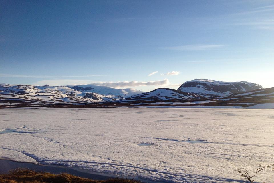 Høgskarvatnet og fjella mot Lappskaret. Det var ikke mye som tydet på snarlig isfritt vann.