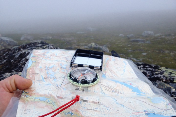 Tåke, kart og kompass i Eikesdalsfjella.