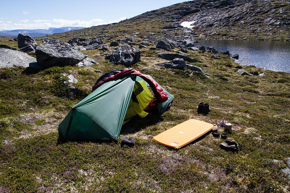 Morgenkaffe utenfor teltet på første teltplass. Solen skulle etterhvert bli ganske så nådesløs.